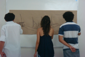 Imagem: Produção de desenhos durante a Exposição Preto no Branco.